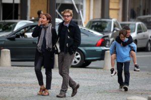 Саймон Бейкер с женой и детьми